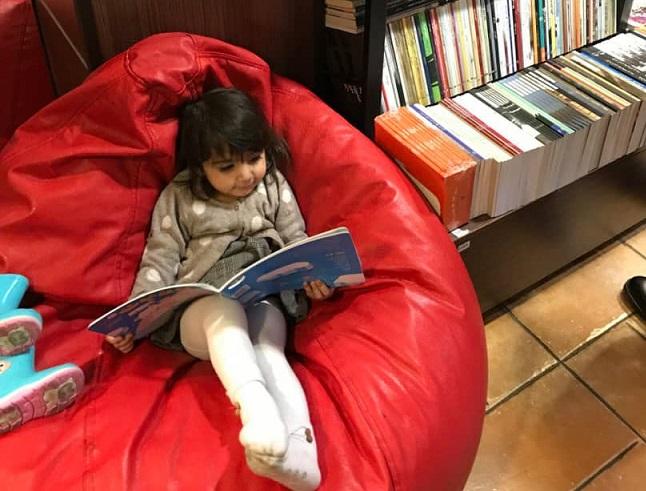 کتابخوانی برای کودکان با ۱۱ ترفندی که آنها را جذب کتاب میکند