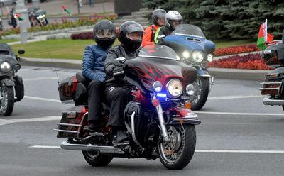 الکساندر لوکاشنکو رئیس جمهور بلاروس در حال موتور سواری.