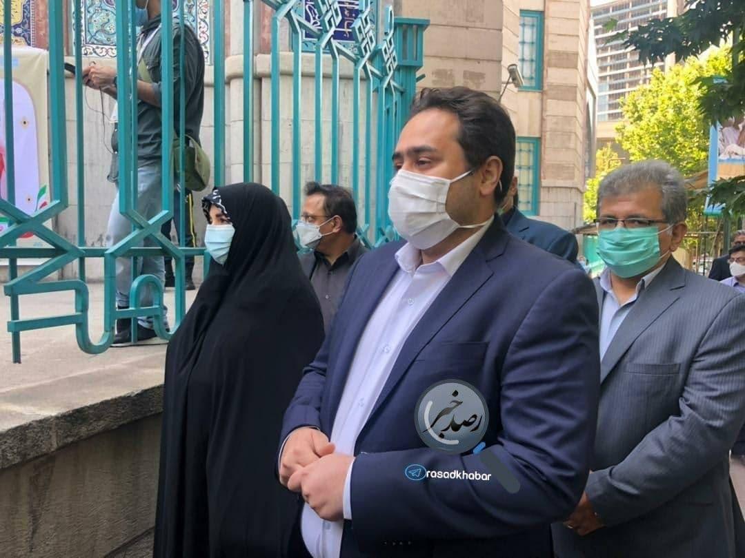 دختر و داماد روحانی در صف رای حسینیه ارشاد