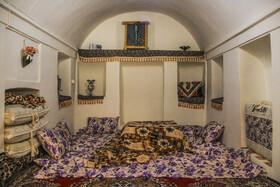 نمای یکی از خانههای قدیمی در«روستای تاریخی بیابانک» که توسط اهالی روستا مرمت و بازسازی شده است و به عنوان اقامتگاه بومگردی استفاده میشود.