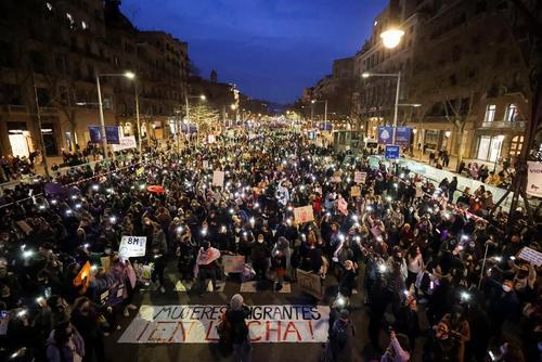 راهپیمایی روز جهانی زن در شهر بارسلونا اسپانیا/ رویترز