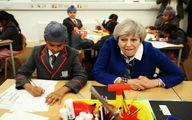 نخست وزیر بریتانیا سر کلاس درس/عکس