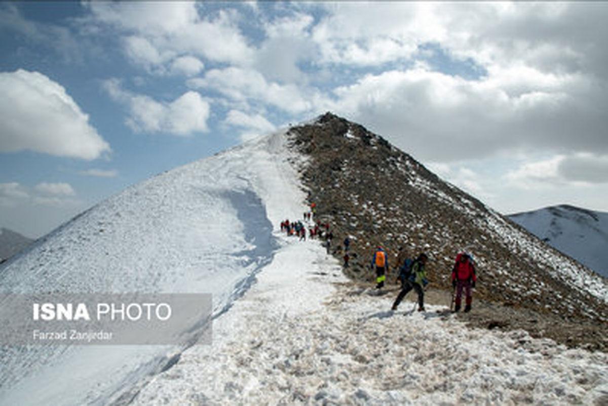 """تصاویری زیبا از صعود به """"برف انبار""""  مرتفعترین نقطه استان قم"""