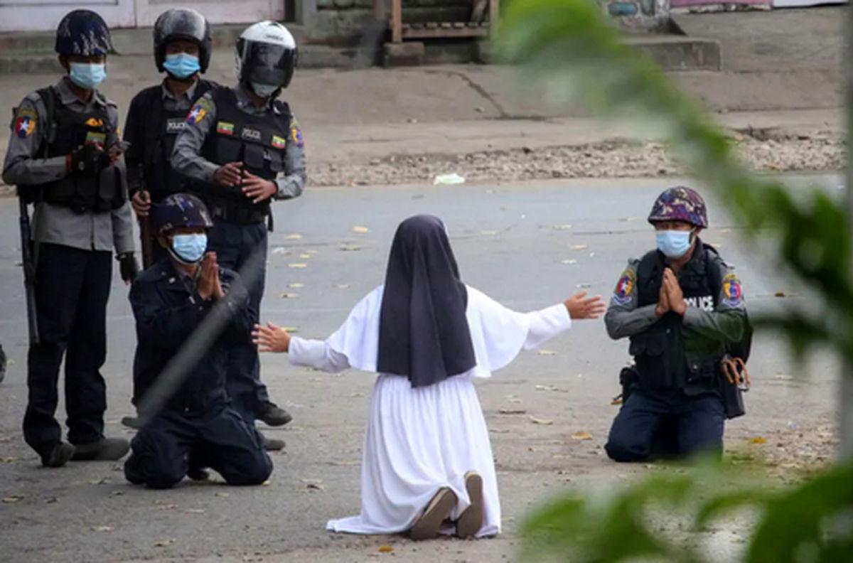 عکسی دیده نشده از زانو زدن یک راهبه در مقابل پلیس میانمار