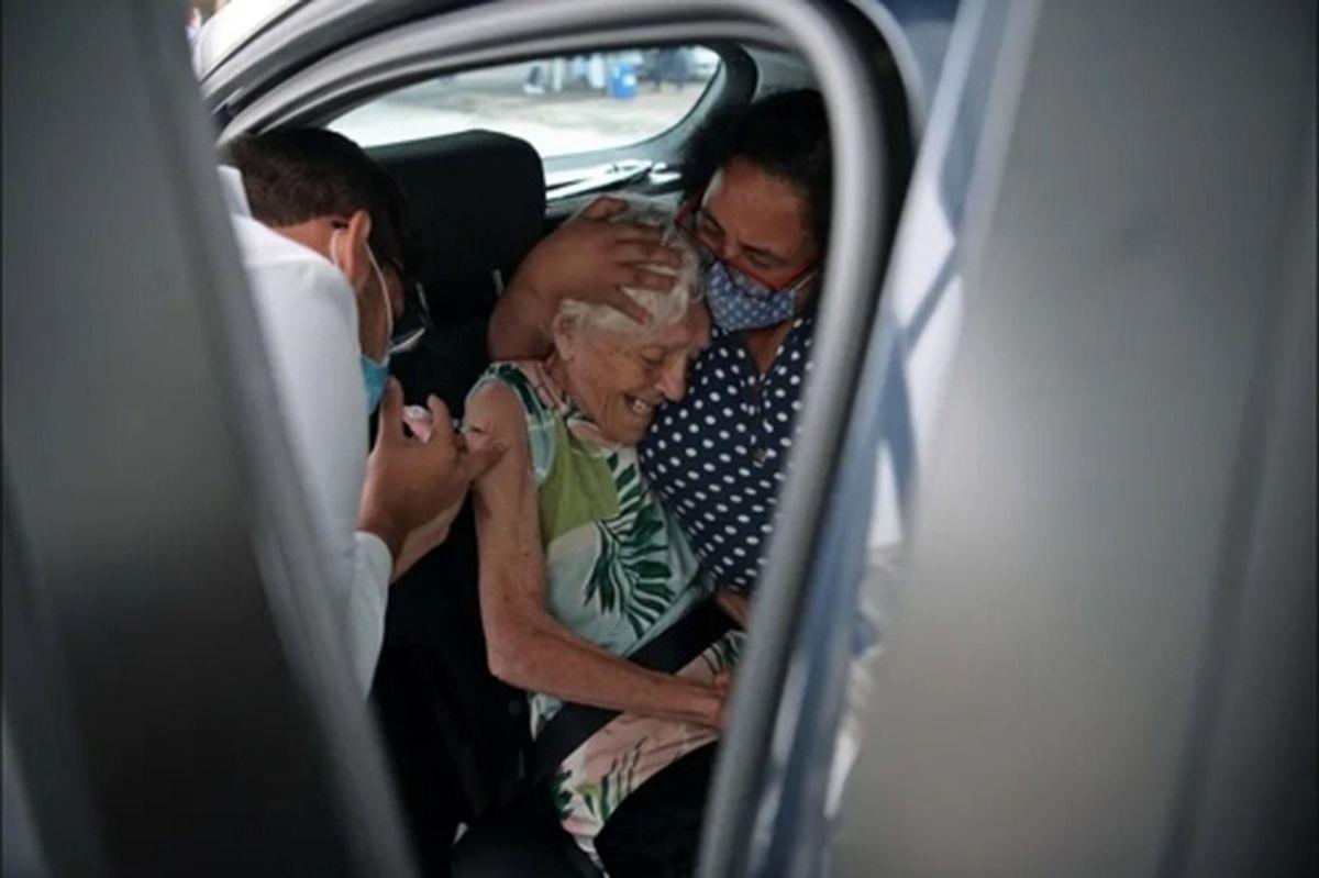 تزریق واکسن چینی ضدکرونا در داخل خودرو به زن سالمند