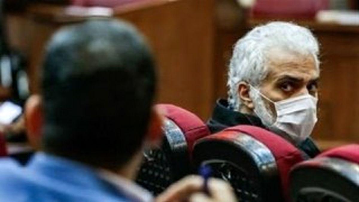 عکسی از نگاه عجیب حسن میرکاظمی معروف به حسن رعیت در دادگاه