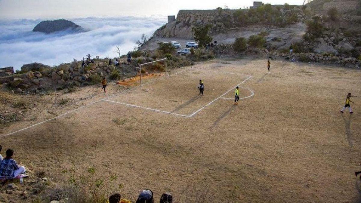 تصویری حیرت انگیز از فوتبال بر فراز ابرها