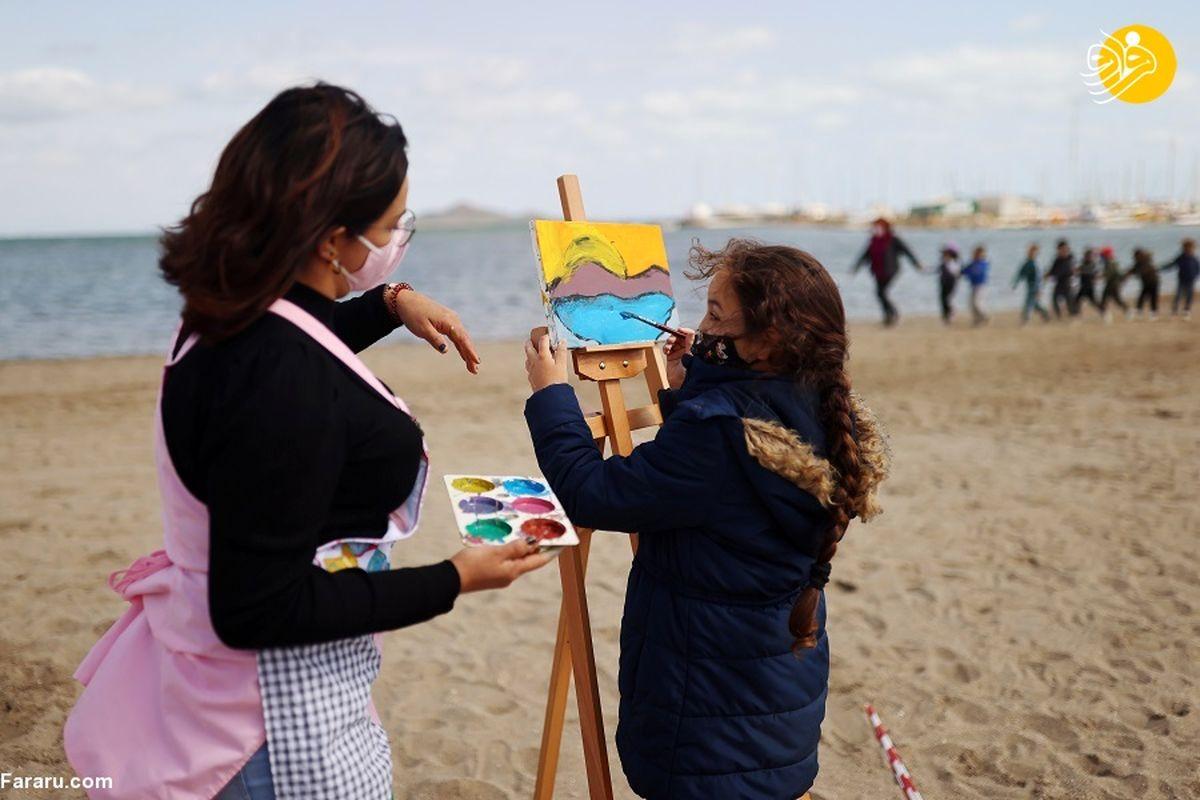 تصاویر جالب از برپایی کلاس درس در ساحل دریا