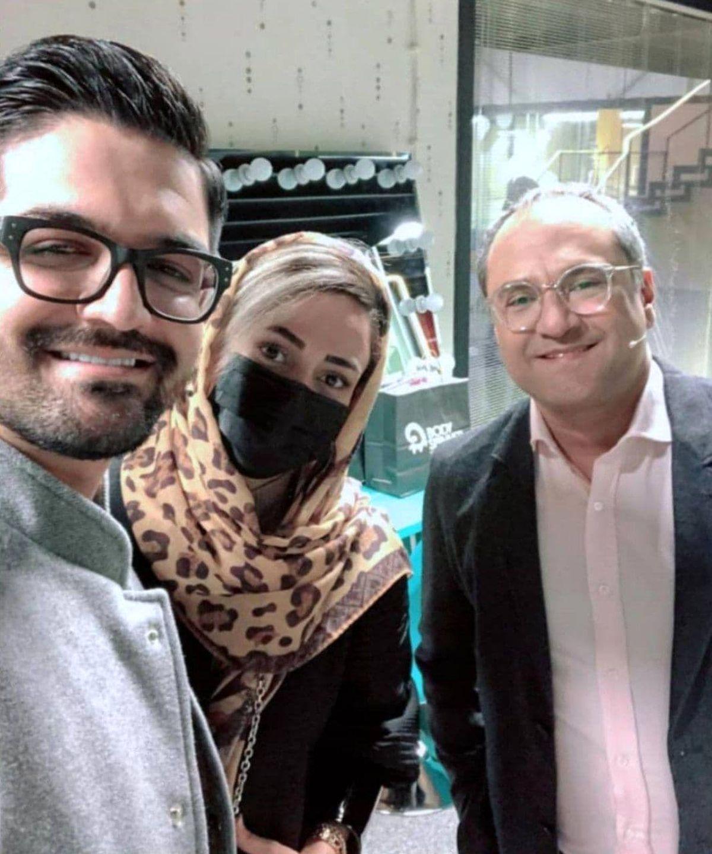 سینا شعبانخانی و همسرش در کنار رامبدجوان در پشت صحنه خندوانه+عکس