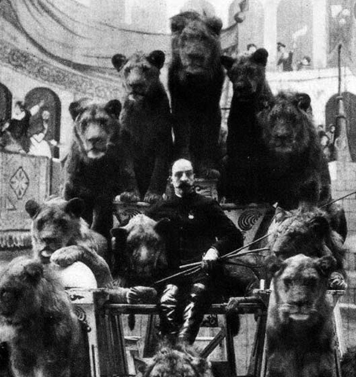 تصویر یک رام کننده حیوانات درکنار شیرهایش 150 سال پیش