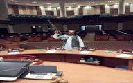عکس طالب ها با کلاشینکف در پارلمان افغانستان
