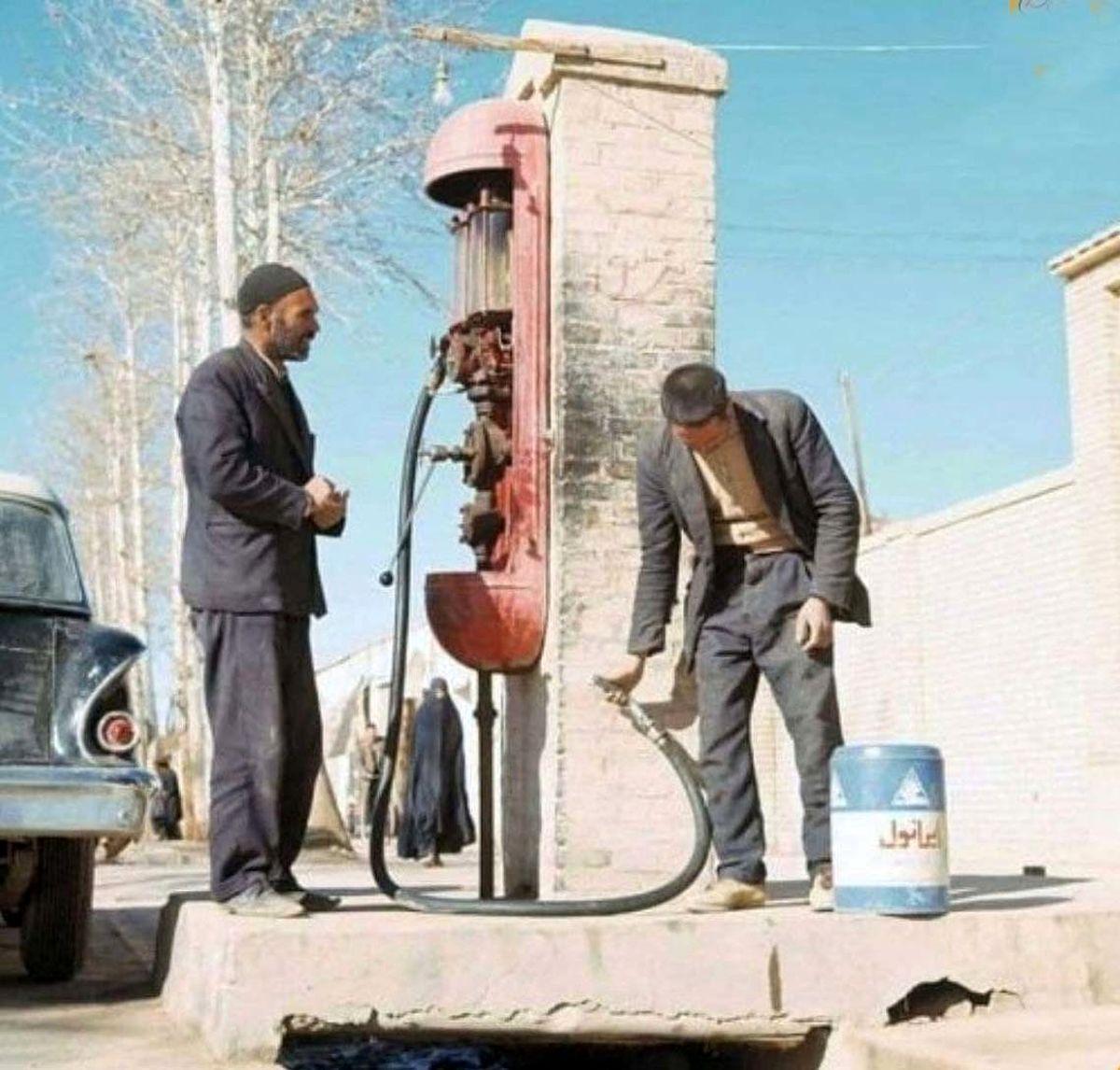 سکوهای پمپ بنزین تکی کنار خیابان دهه ۴۰