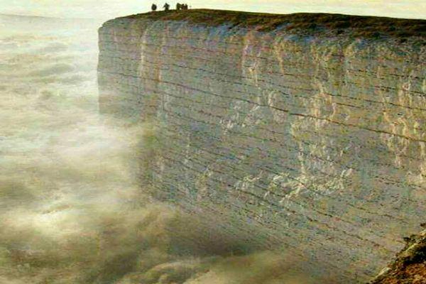 صخره سنگی سفید ۱۶۲ متری عجیب در دل اقیانوس