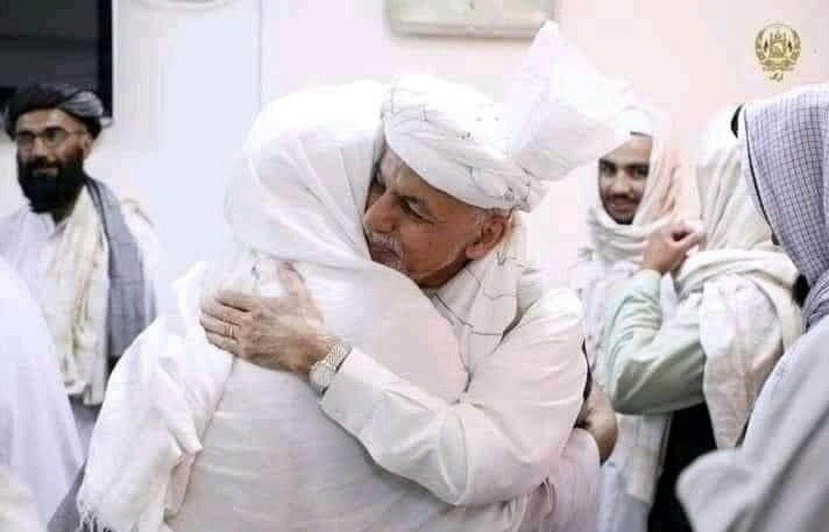 نمایندگان طالبان در آغوش اشرف غنی