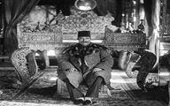 ناصرالدین شاه قاجار نشسته بر پله های تخت پادشاهی
