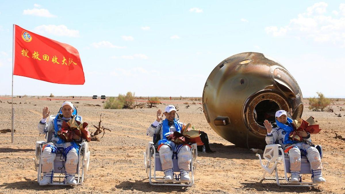 وضعیت فضانوردان چینی پس از بازگشت به زمین+عکس