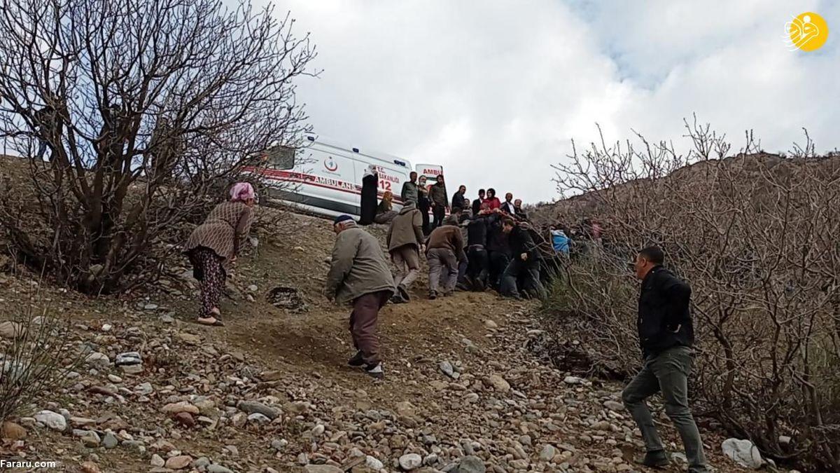 تصاویر تلخ از سقوط مینی بوس دانش آموزان ترکیه به دره