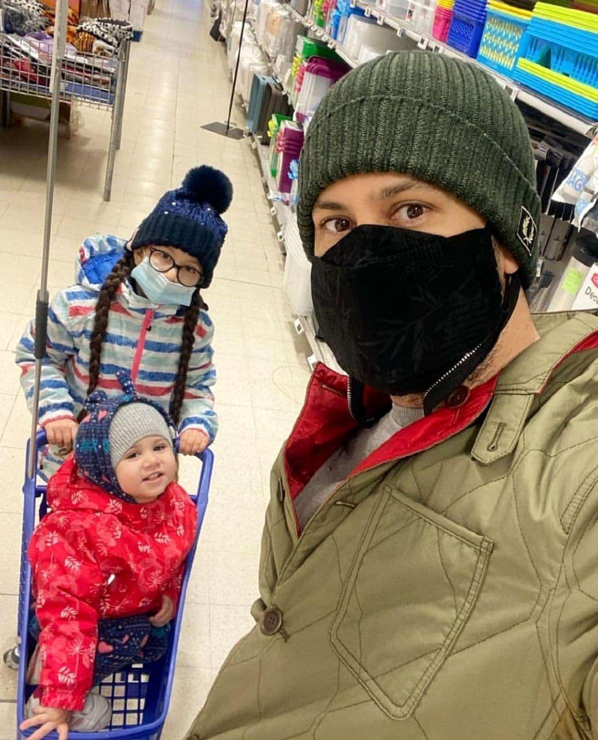 شاهرخ استخری و دخترانش در بلژیک+عکس دیده نشده