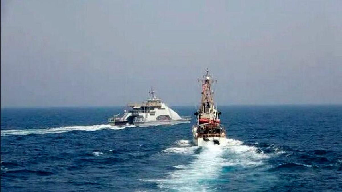 شلیک تیرهای کشتی آمریکایی به سمت قایقهای نظامی ایران! + جزئیات