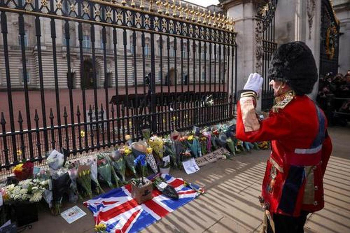 تصاویر دیده نشده از سوگواری مردم انگلیس برای درگذشت همسر ملکه