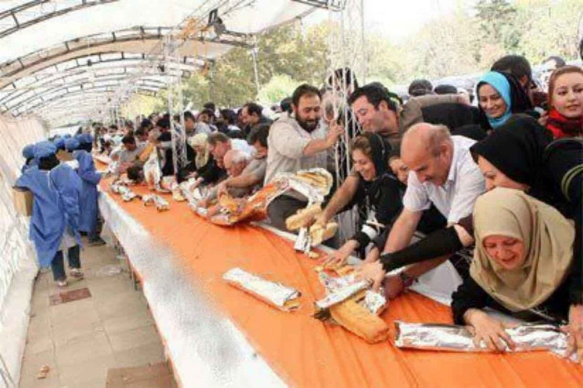 عکس عجیب از روزی که ساندویچ ۱۵۰۰ متری در پارک ملت به جای ثبت در گینس خورده شد
