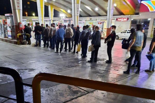 تصاویر صف مردم در پمپ بنزین ها با دبه و گالن