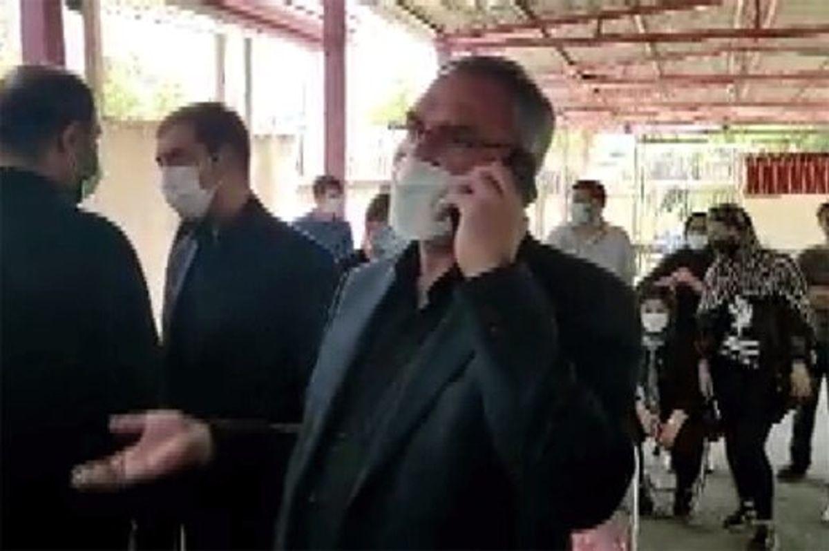 گلایه حضوری وزیر بهداشت بابت معطلی مردم درمرکز واکسناسیون