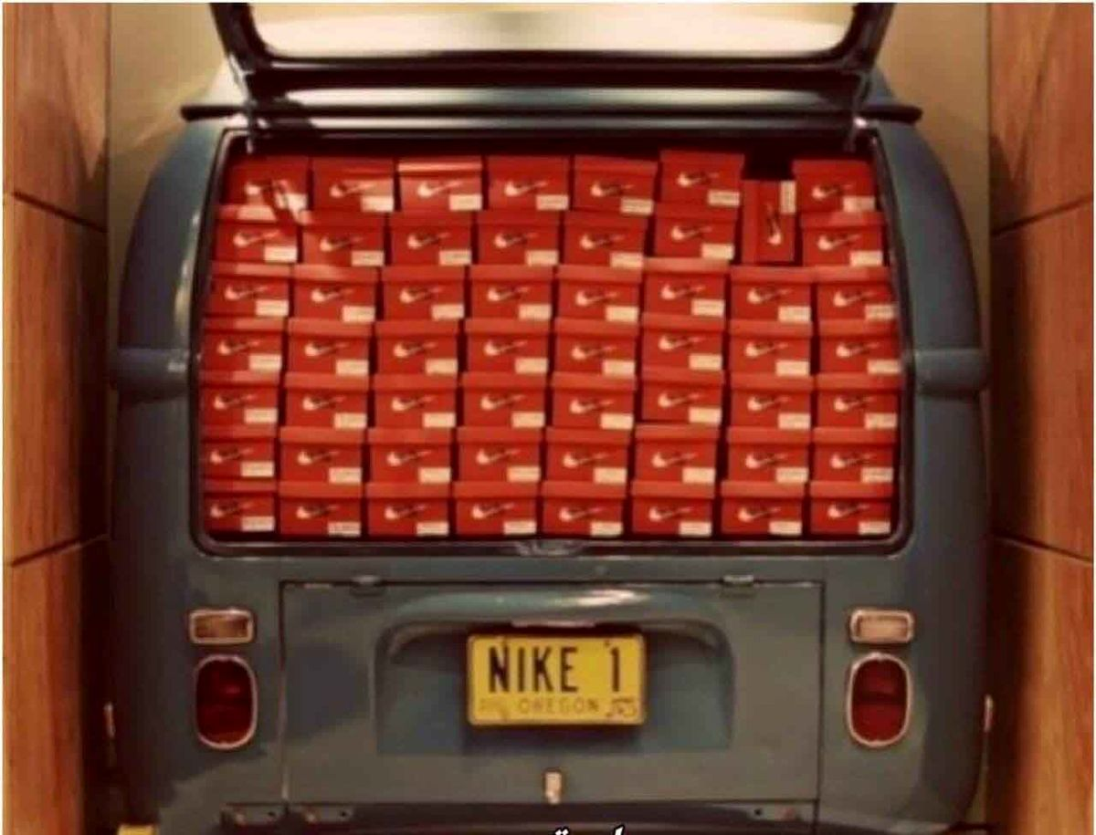 تصویر ون مالک کمپانی نایک 44 سال پیش پر از کفش