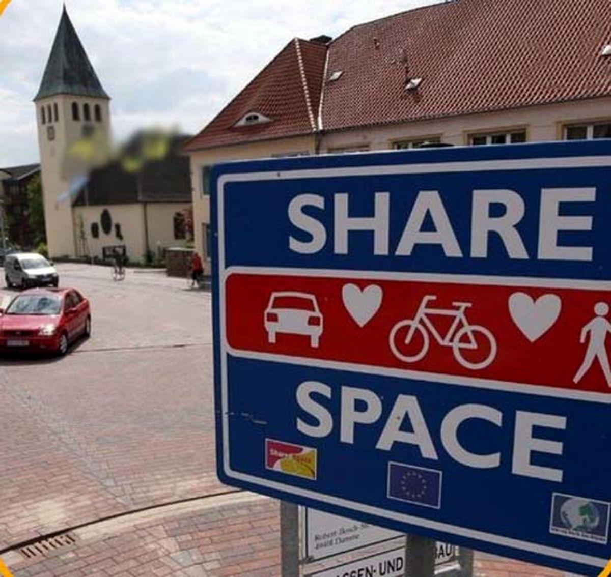 شهری در آلمان که به جای چراغ راهنمایی تابلوی عشق گذاشته اند