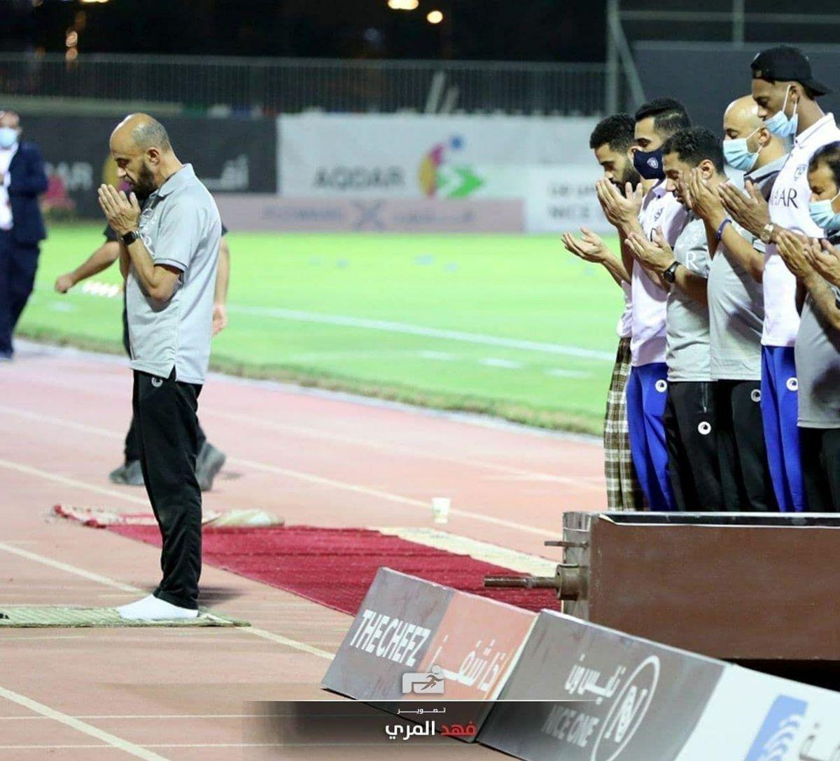 عکس نماز جماعت رقیب استقلال در استادیوم فوتبال