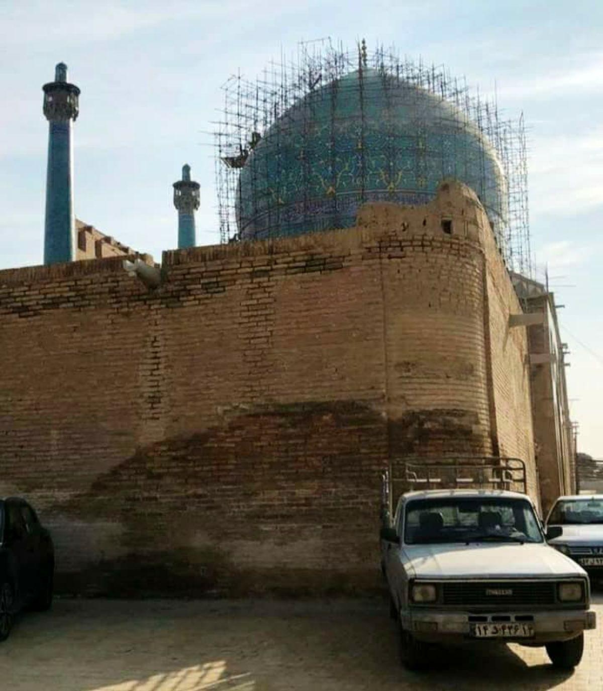 برخورد یک مزدا با مسجد تاریخی اصفهان! +عکس