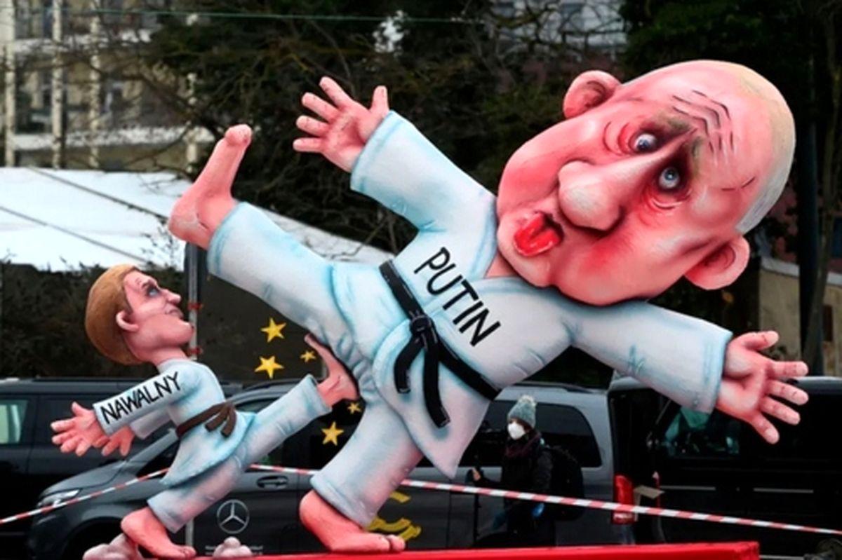 """عکسی از عروسکهای جالب پوتین و """"الکسی ناوالنی"""" در کارناوال سالانه در آلمان"""