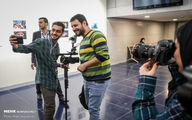 سلفی جواد عزتی با یک خبرنگار