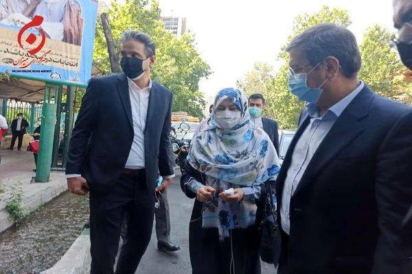 عبدالناصر همتی و همسرش سپیده شبستری در شعبه حسینیه ارشاد