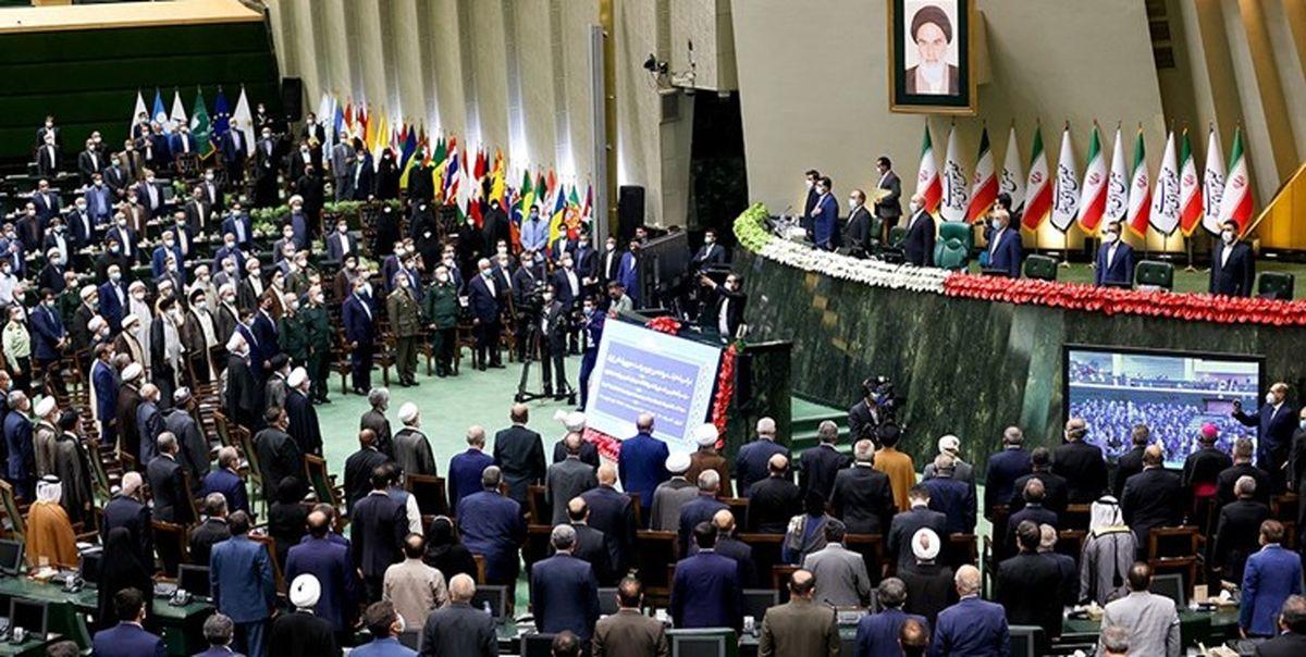 لحظه آغاز مراسم تحلیف ریاست جمهوری در مجلس