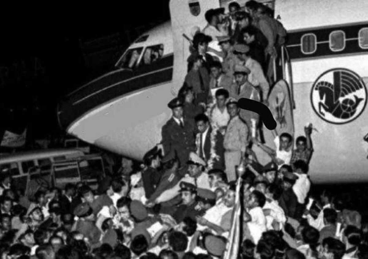 عکس تاریخی از هجوم مردم به هواپیمای جهان پهلوان تختی برای استقبال