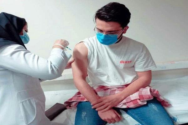 نماینده ولی فقیه در قم: واکسن ها را افراد همجنس به هم تزریق کنند