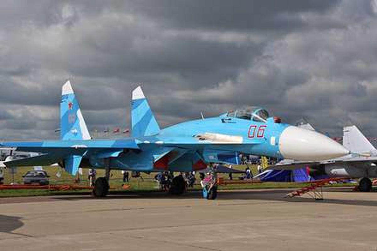 انتقال جنگنده سوخو27 با بکسل کردن هلی غول روسی