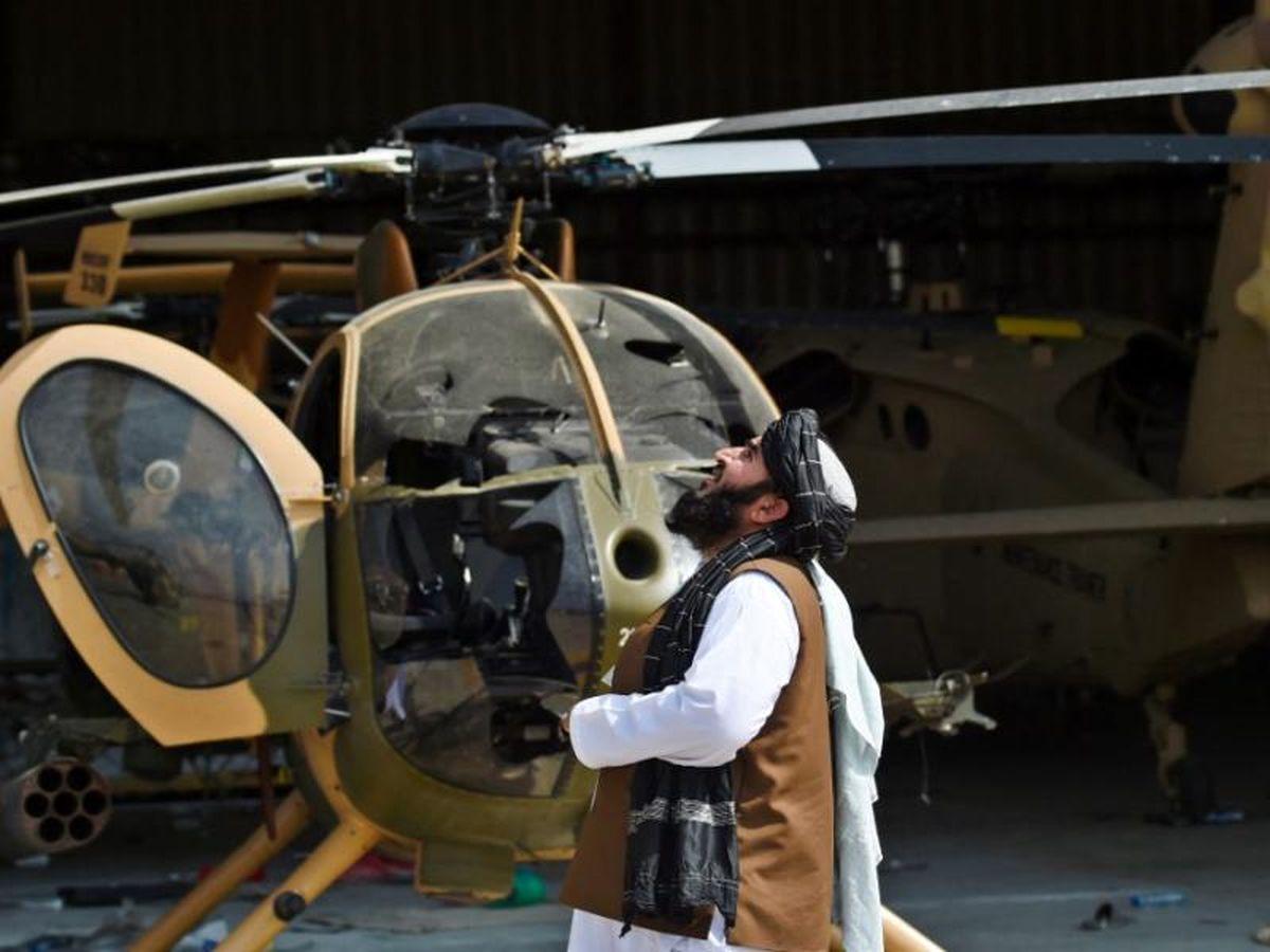 فیلمی از برخورد عجیب طالبان با هلیکوپتر آمریکایی
