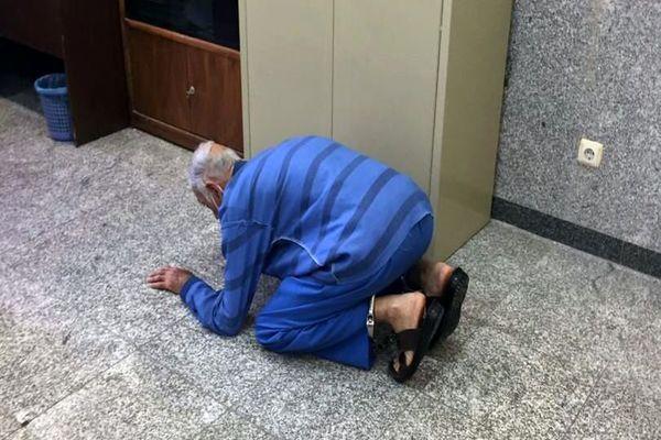 تصویر لحظه سجده شکر پدر قاتل به خاطر کارش