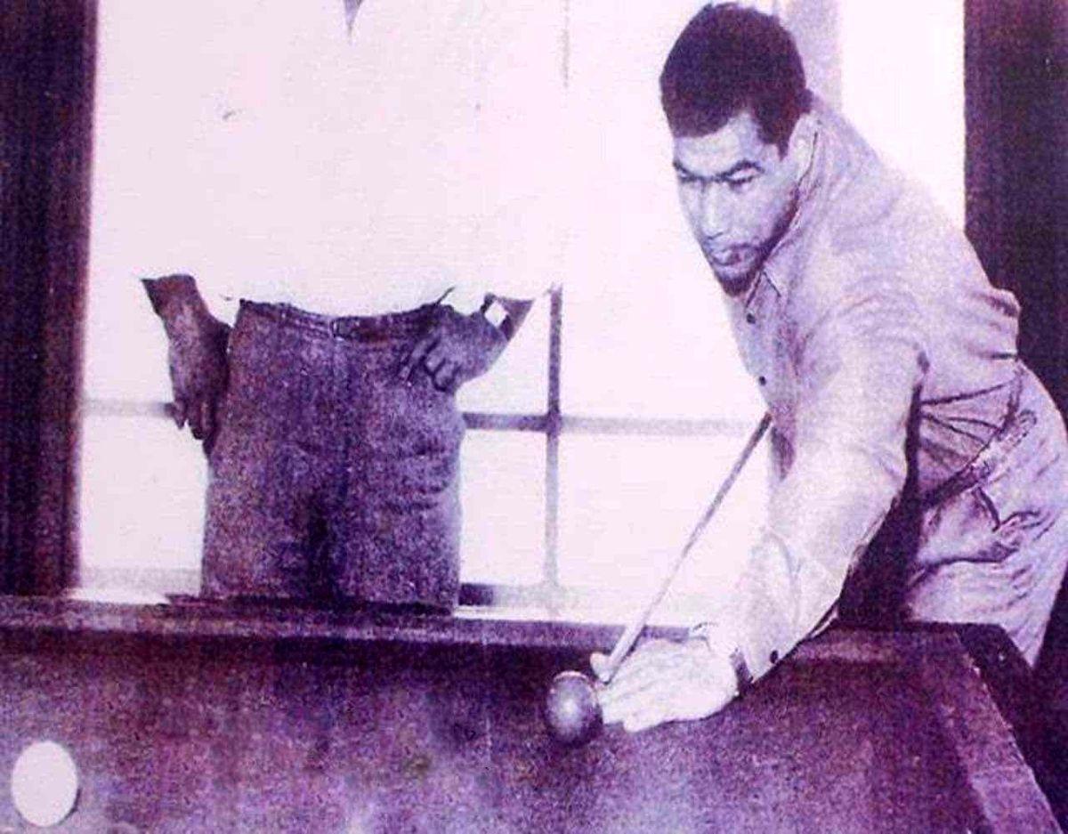 عکس زیرخاکی از جهان پهلوان تختی در حال بازی بیلیارد