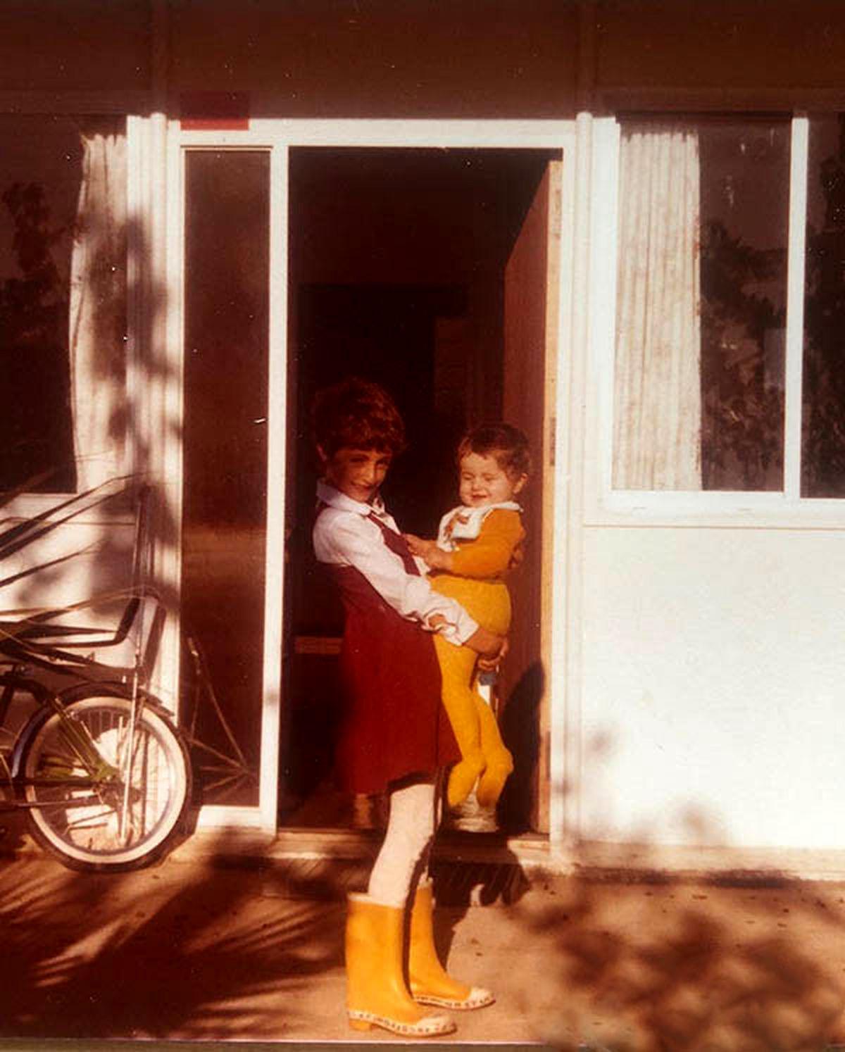 عکس دیده نشده از بچگی شقایق دهقان و خواهرش