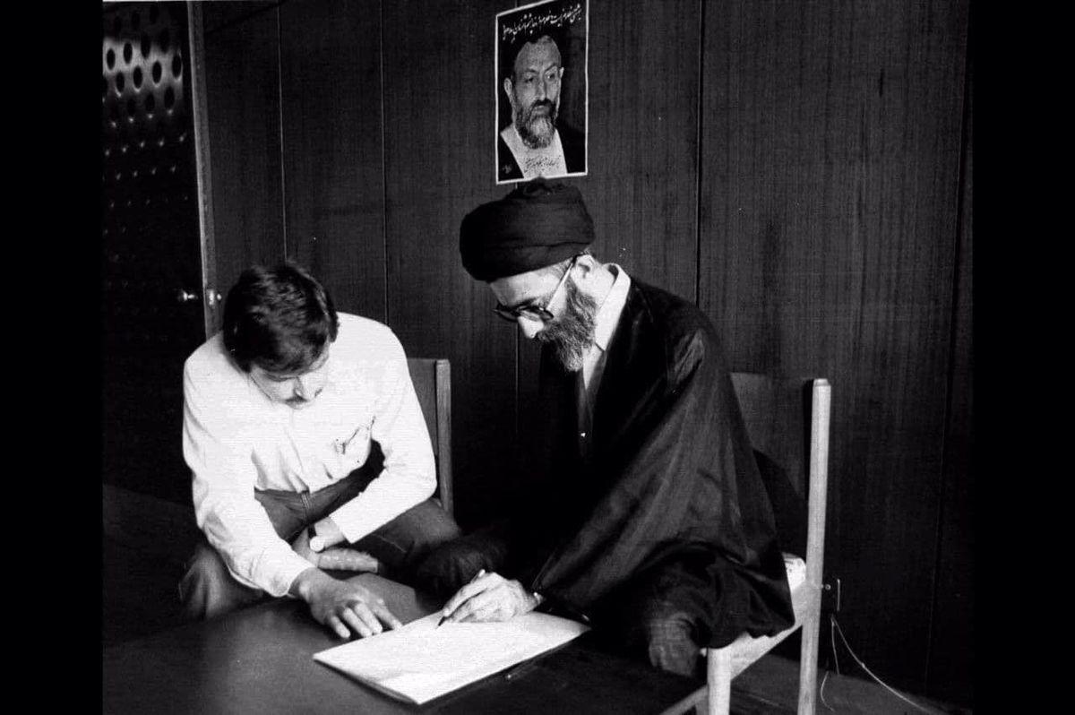 شهریور ١٣۶۰؛تصویری تاریخی از  نام نویسی رهبر انقلاب